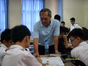 教练在课堂教导同学下棋