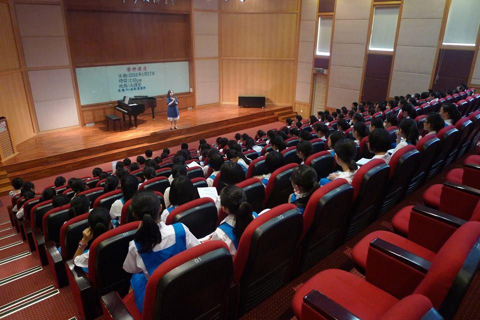 大家都很认真的聆听老师授予声乐方面的知识。