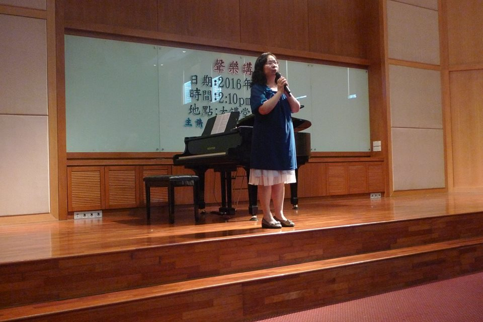 老师在给大家说明一些对声乐有帮助的技巧。