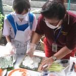 老师与同学携手合作