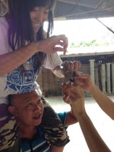 姓名:杨运玟 J3B 敘述:《救雀记》:这是乡村那里看到的——一只小麻雀卡在了渔网。由于在高处,所以我叔叔背我姐上去,过后我妈妈再帮忙。她又喜又怕,这是她第一次可以抚摸麻雀。